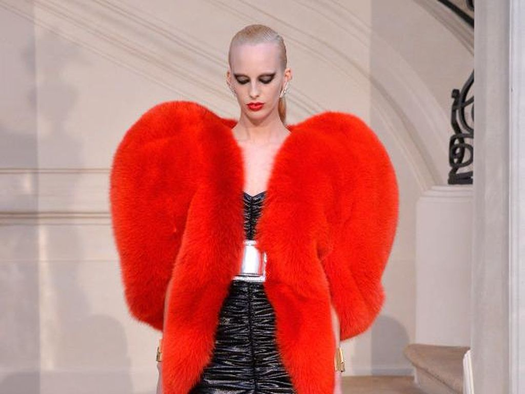Whats Hot: Mantel Bulu Bentuk Hati Saint Laurent Incaran Fashionista Dunia
