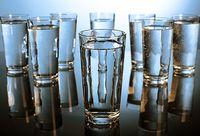 Dehidrasi tidak baik untuk bibir Anda dan karenanya Anda harus banyak minum air setidaknya sepuluh gelas air setiap hari untuk membersihkan semua racun dari tubuh Anda dan tetap menghidrasi. Foto: Thinkstock