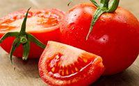 Oleskan pasta tomat di bibir Anda. Ini sangat membantu untuk membuat bibir Anda lembut dan berwarna merah muda. Foto: Getty Images