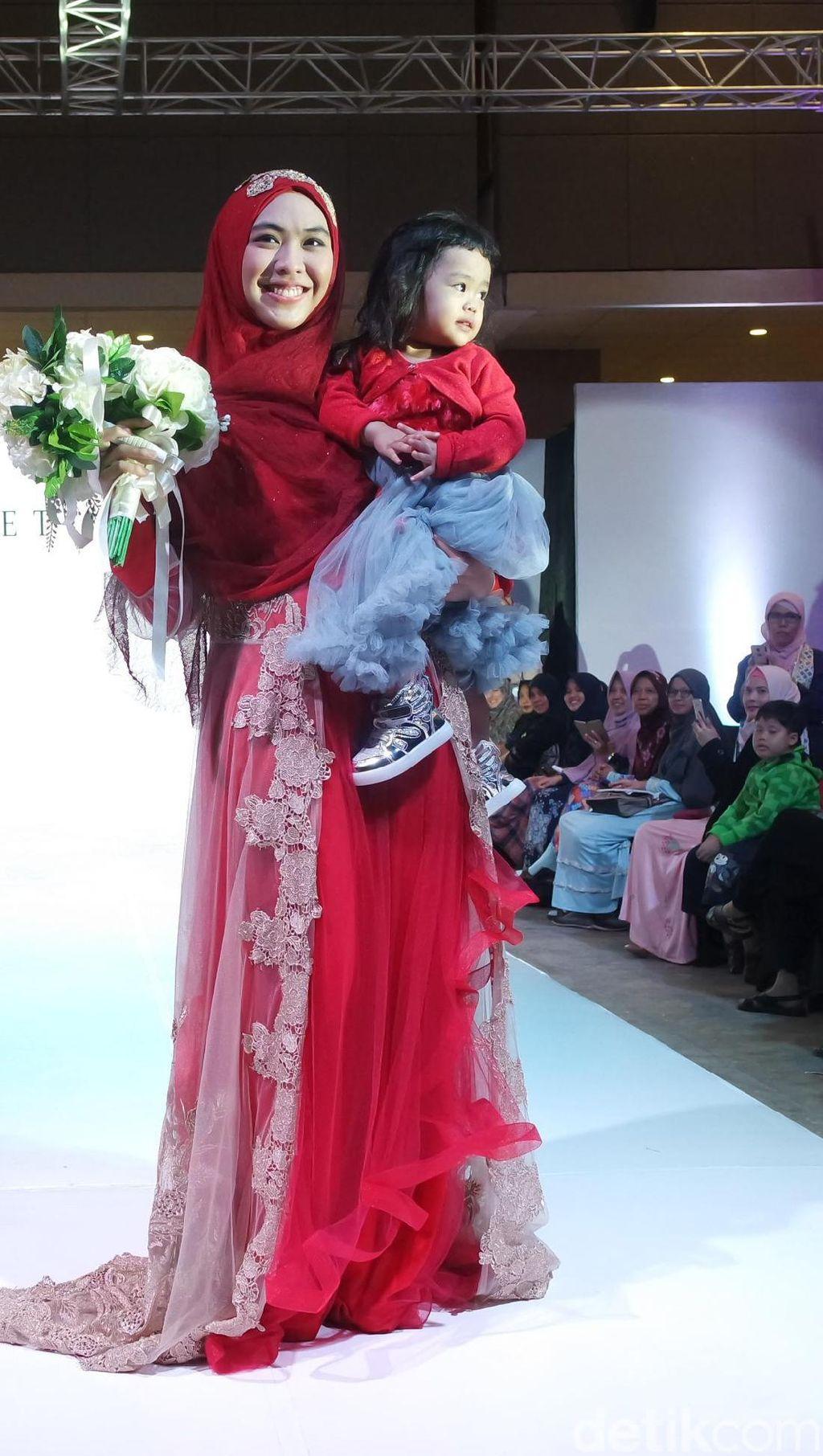 Oki Setiana Dewi Pamerkan Gaun Pengantin Syari di International Islamic Fair
