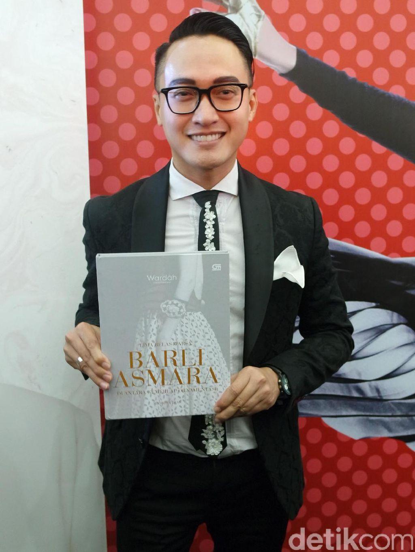 15 Tahun Berkarya, Desainer Barli Asmara Rilis Buku Perjalanan Karier