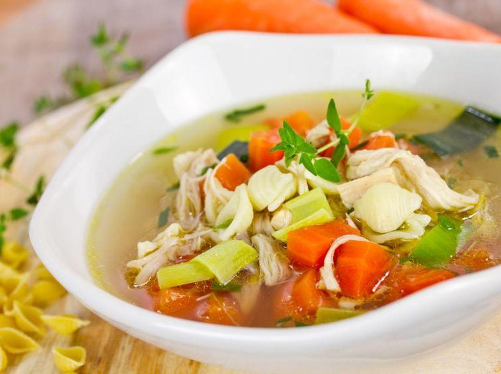 Menu Hari Ke-7: Hangatkan Tubuh dengan Sup Ayam Kampung yang Gurih