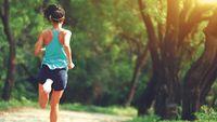 Jogging bisa jadi salah satu pilihan untuk berolahraga. Sambil mendengarkan musik favorit dan menikmati semilir angin, tentu akan membuat Jumat malam Anda terasa menyenangkan. Tapi ingat, menurut Dr Michael Triangto, SpKO, ahli kesehatan olahraga dari RS Mitra Kemayoran ,waktu olahraga minimal 2 jam sebelum tidur ya. Foto: thinkstock