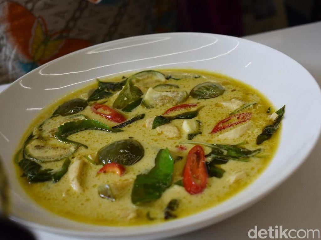 Green curry dibuat dengan tambahan potongan daging ayam, terung bulat hijau dengan racikan daun jeruk, basil hingga santan kental. Hangat dan gurih!