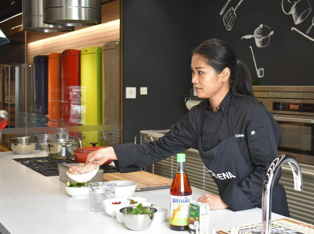 Nyonya Pop pertama-tama meracik green curry berkuah kental dengan sensasi rasa pedas. Wanita yang bernama lengkap Mrs. Duangporn Achanai ini menjelaskan bahan-bahan untuk meracik kuah kari hijau.