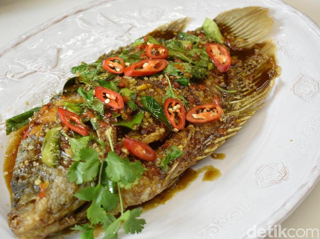Sajian yang satu ini jadi salah satu favorit para peserta. Ikan gurame berukuran 750-800 gram ini digoreng hingga kering. Makin enak disiram dengan chilli sauce yang dimasak dengan campuran irisan cabai, cincangan bawang putih, akar ketumbar, saus ikan, asam dan gula jawa.