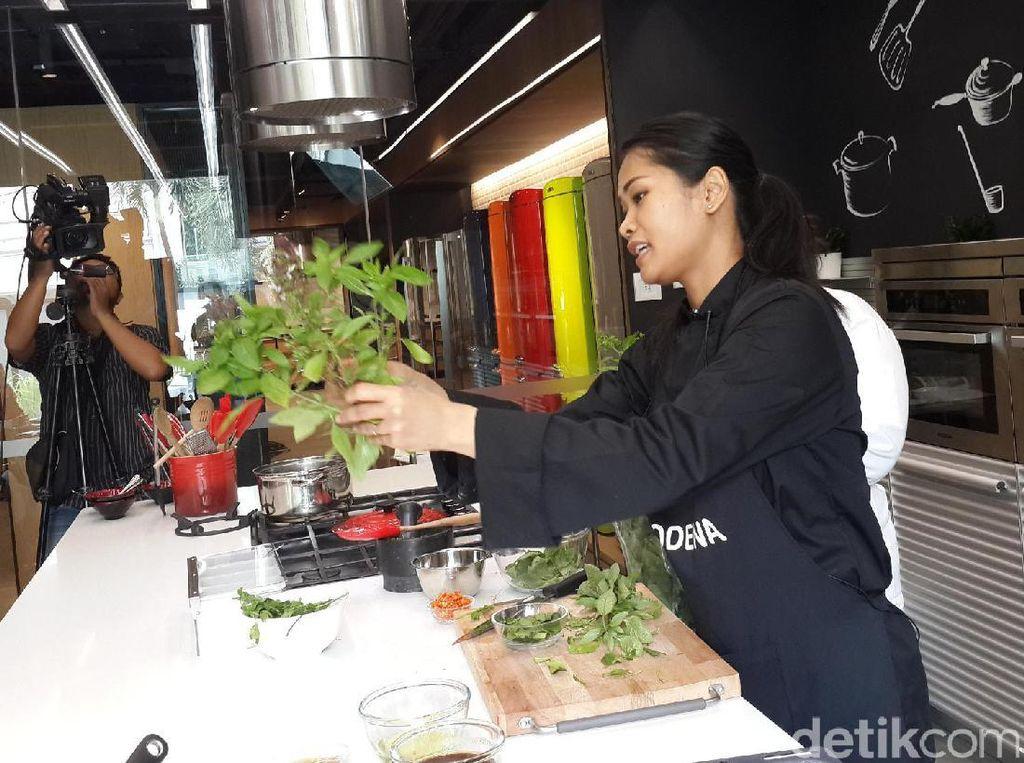 Nyonya pop memberikan contoh tanaman Thai basil yang punya aroma khas.