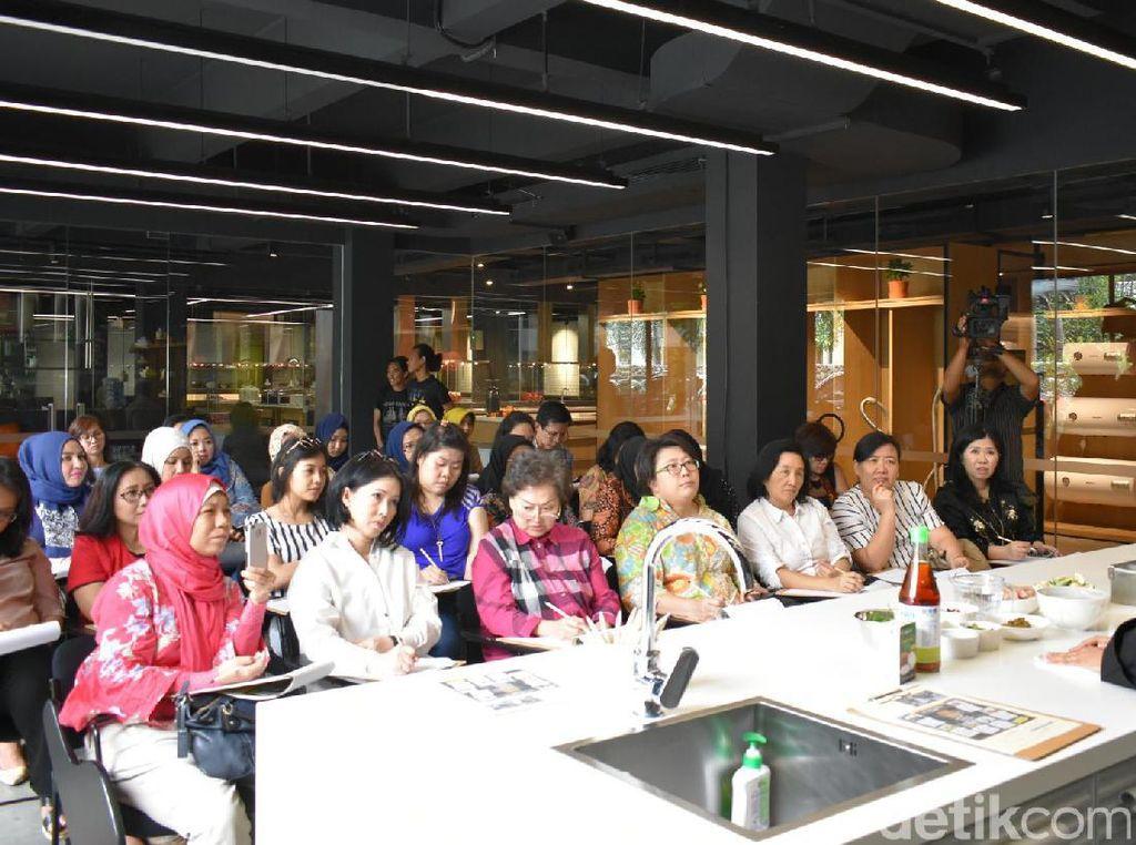 Para peserta menyimak nyonya Pop menjelaskan beragam bahan dan masakan Thailand. Ada sekitar 37 peserta yang ikut untuk menimba ilmu memasak masakan Thailand autentik.