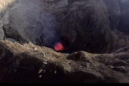 Greget! Traveler Ini Nekat Kemping Di Bibir Gunung Berapi Aktif