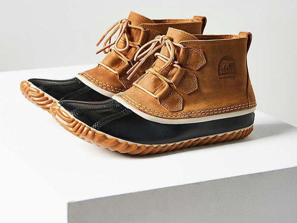 Editors Choice: Sneakers Hingga Flats Waterproof untuk Dikenakan Saat Hujan