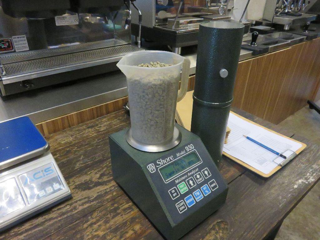 Tahap pertama yang diperlukan sebelum me-roasting biji kopi adalah mengukur kadar air dan kelembabannya. Kadar air terbaik adalah 11-13%.