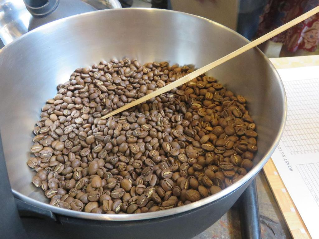 Roasting diadakan dalam 3 kali percobaan dari light, medium, dan dark roast. Hasil diatas adalah proses medium yang biasa untuk kopi espresso dengan agtron 65 dan bersuhu akhir 195 derajat celcius.