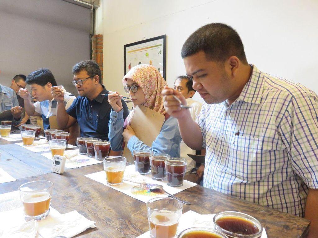 Proses cupping selanjutnya dilakukan saat kopi sudah diseduh. Disini peserta diminta menilai aroma, flavor, aftertaste, acidity, body, dan balance kopi. Peserta juga diberi kertas dan menilai tiap kopi yang dirasakan dari angka 6-9.