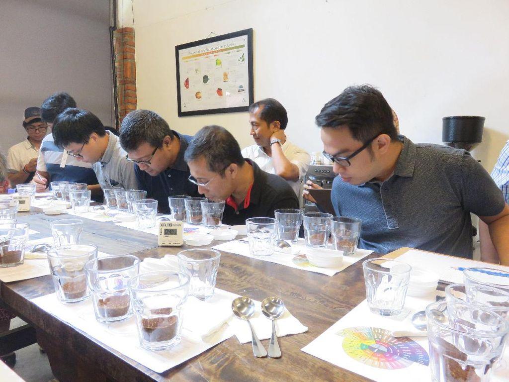 Setelah roasting, ada proses cupping yang dipraktekkan langsung oleh para peserta. Disini peserta diminta menilai 3 bubuk kopi tanpa label. Proses cupping pertama adalah menilai fragrance (aroma kopi bentuk bubuk).