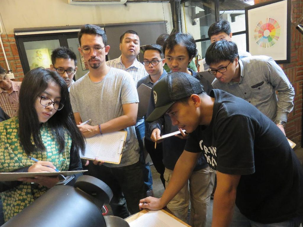 Proses roasting dipandu oleh roaster dari Anomali Coffee. Peserta diberi kertas catatan untuk membuat grafik roasting. Suasana proses roasting kondusif, peserta mengamati secara fokus dan kritis bertanya banyak hal.