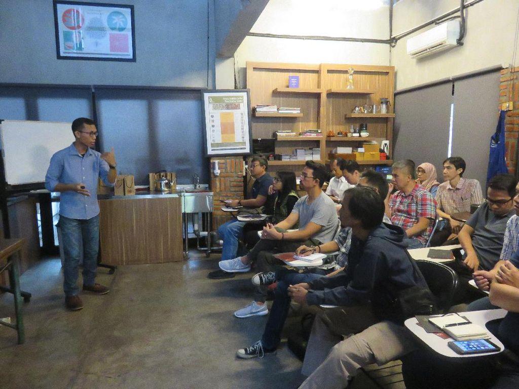 Sebelum mulai sesi roasting, peserta terlebih dahulu diberi pengetahuan dasar seputar biji kopi dari jenis hingga proses pemilihan dan pertimbangannya oleh Aris, salah satu Q Grader di Indonesia Coffee Academy.