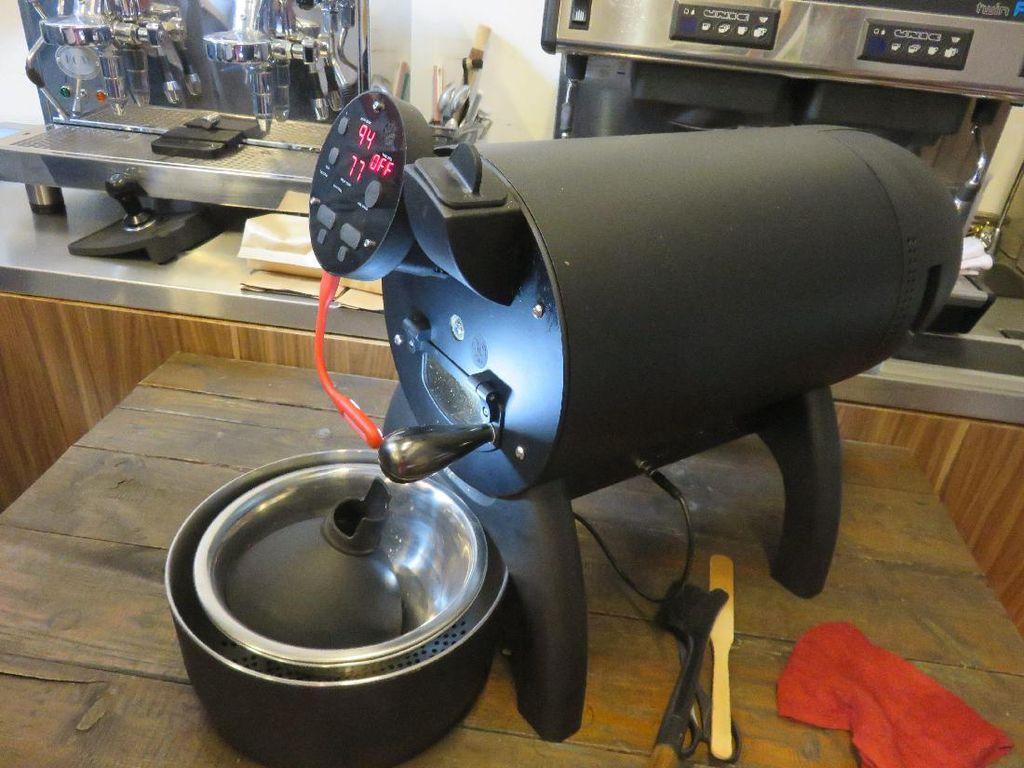 Alat yang digunakan untuk proses roasting di Coffee Roasting Class kemarin adalah dengan tipe transfer panas konveksi.