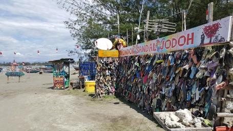 2 Pantai Lucu Di Indonesia: Pantai Kutang Dan 'Sandal Jodoh'