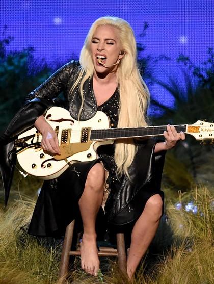Tanpa Alas Kaki, Lady Gaga Tampil Memukau di American Music Awards 2016