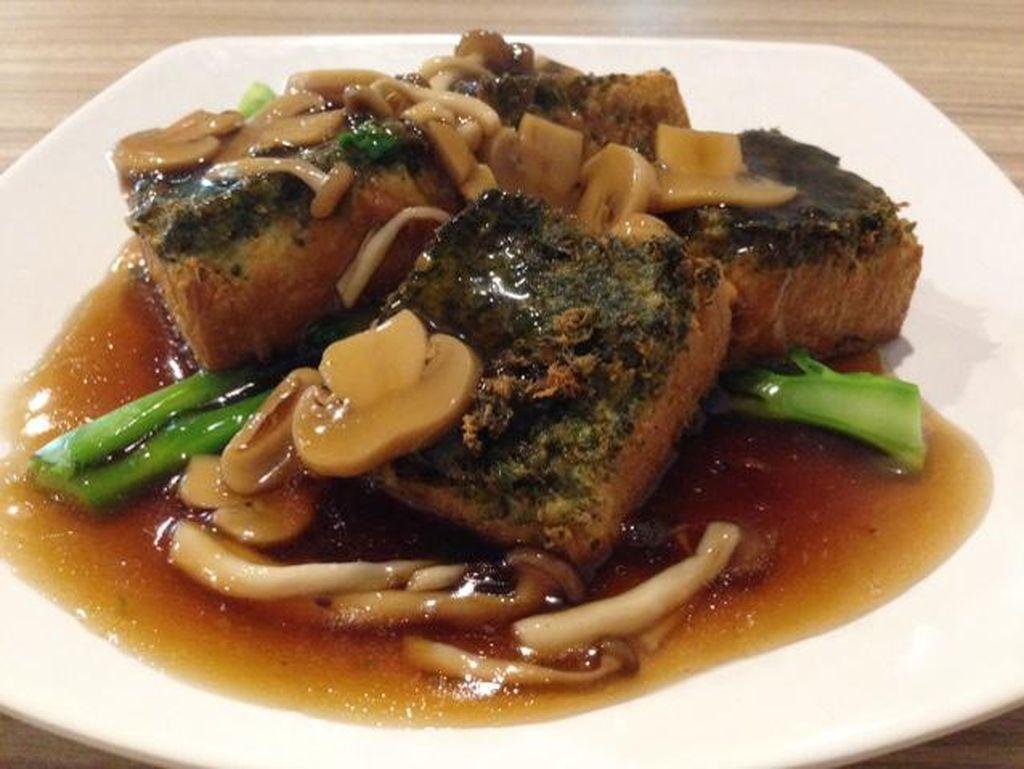 Angsio Tahu Spesial memakai tahu sutera goreng yang lembut. Dipadukan saus kental gurih bercitarasa saus tiram. Pelengkapnya berupa irisan jamur champignon, shimeji dan kailan.