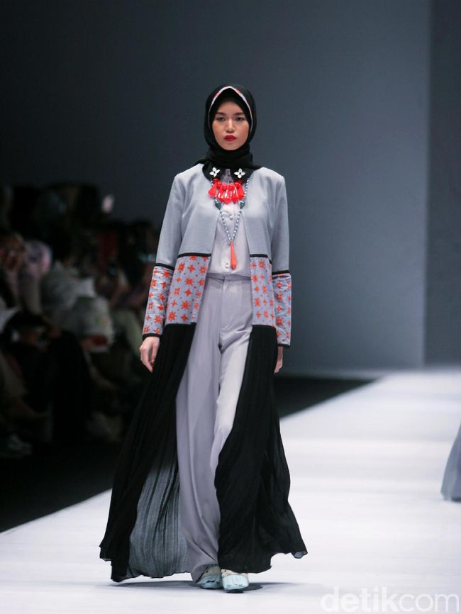 Foto Koleksi Zaskia Sungkar Di Jakarta Fashion Week 2017