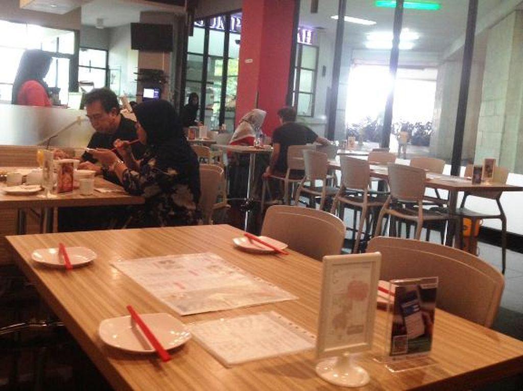 Restoran Sumpit Merah terletak di Thamrin City. Beragam sajian China bisa dinikmati di restoran modern minimalis ini. Meja kayu cokelat muda berpadu dengan kursi-kursi putih. Nampak rapi dan bersih.