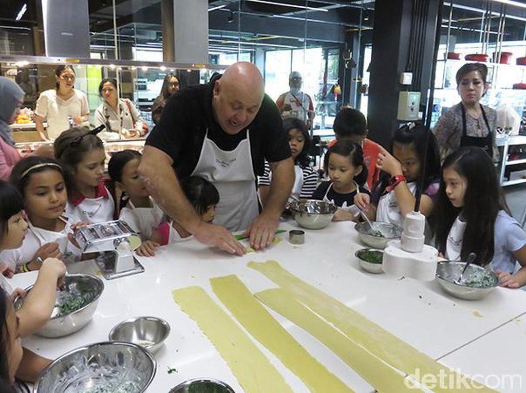 Selanjutnya anak-anak belajar buat ravioli. Chef Gino memberi contoh kepada peserta.