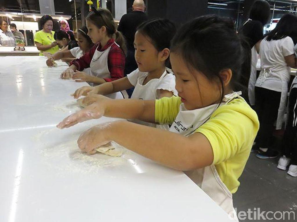 Masing-masing anak diberi adonan pasta yang diuleni kemudian ditipiskan memakai rolling pin.
