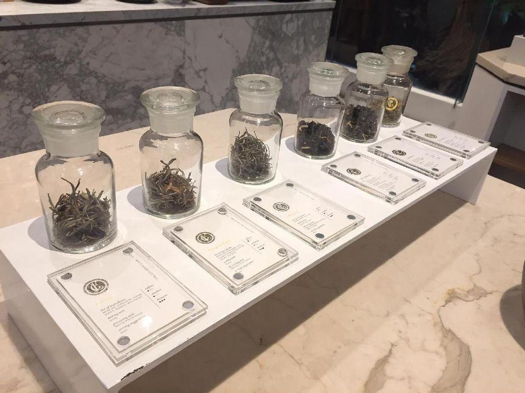 Pengunjung berkesempatan menghirup daun teh kering sehingga bisa membayangkan aroma dan rasa teh yang akan dipesan.