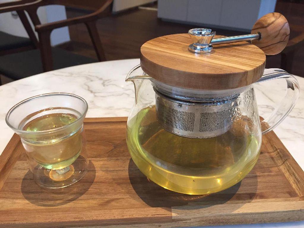 Golden Genmaicha dari Kyoto adalah teh hijau dengan beras merah panggang. Aroma dan rasanya unik karena mirip nori atau lembaran rumput laut khas Jepang. Slurrp!