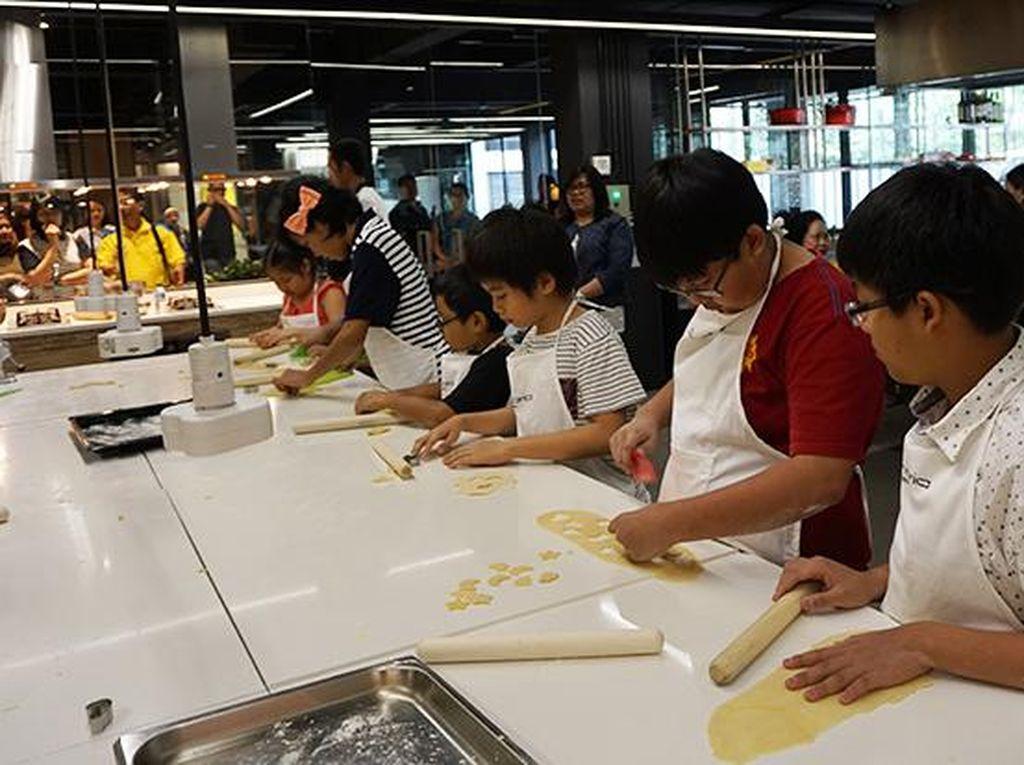 Chef Gino membekali anak-anak dengan pisau plastik hingga cookie cutter. Mereka bebas berkreasi dengan bentuk pastanya.