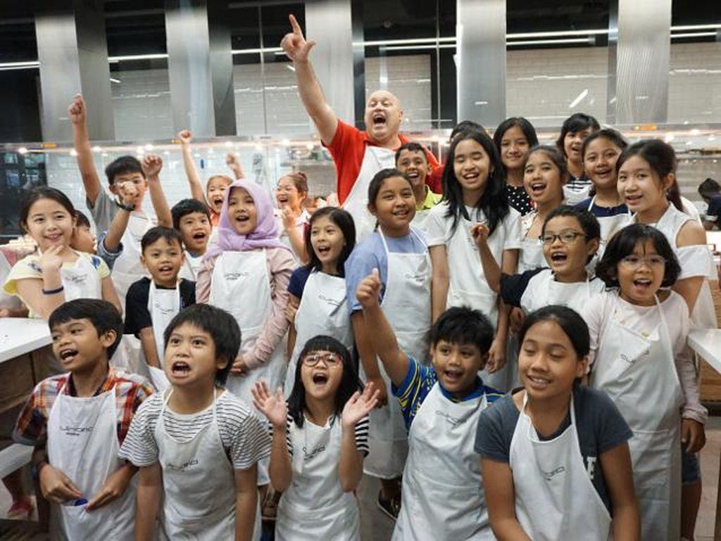 Anak-anak benar-benar belajar sekaligus bersenang-senang di kelas memasak ini. Mereka tersenyum gembira saat foto bersama chef Gino.