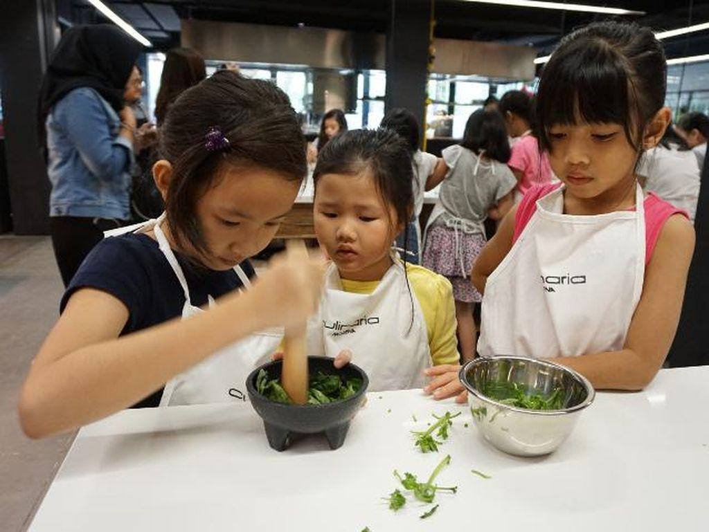 Mereka juga belajar membuat langsung saus pesto. Anak-anak ini menumbuk sendiri bahan-bahan pesto. Antara lain terdiri dari daun basil, pine nut, bawang putih dan minyak zaitun.