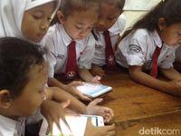 Dari gadget, anak-anak bisa belajar. Seperti yang dilakukan anak-anak kelas 3 sekolah dasar (SD), mereka belajar dengan menggunakan gadget. Ini merupakan salah satu kegiatan 'Satu Tahun Implementasi Program Anak Cerdas PJI & HSBC' di SDN 12 Bendungan Hilir, Jl Taman Bendungan Jatihilir, Tanah Abang, Jakarta Pusat, Selasa (29/11/2016).