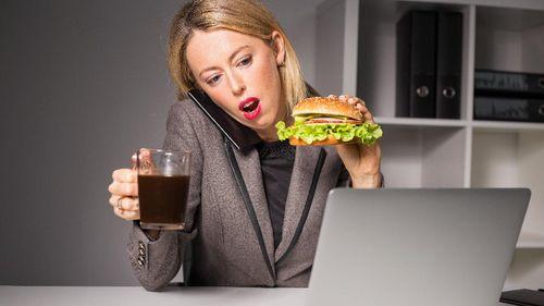 Suka Tunda Waktu Makan Siang, Siap-siap Perut Jadi 'Melar'