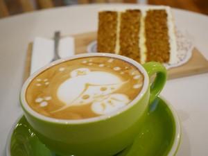 Bersantai dengan Secangkir Coffee Latte Hangat dan Carrot Cake