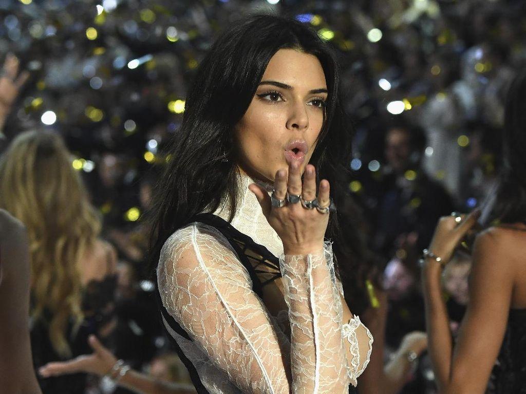 Foto: Kendall Jenner Memukau dengan Lingerie Lace di Show Victorias Secret