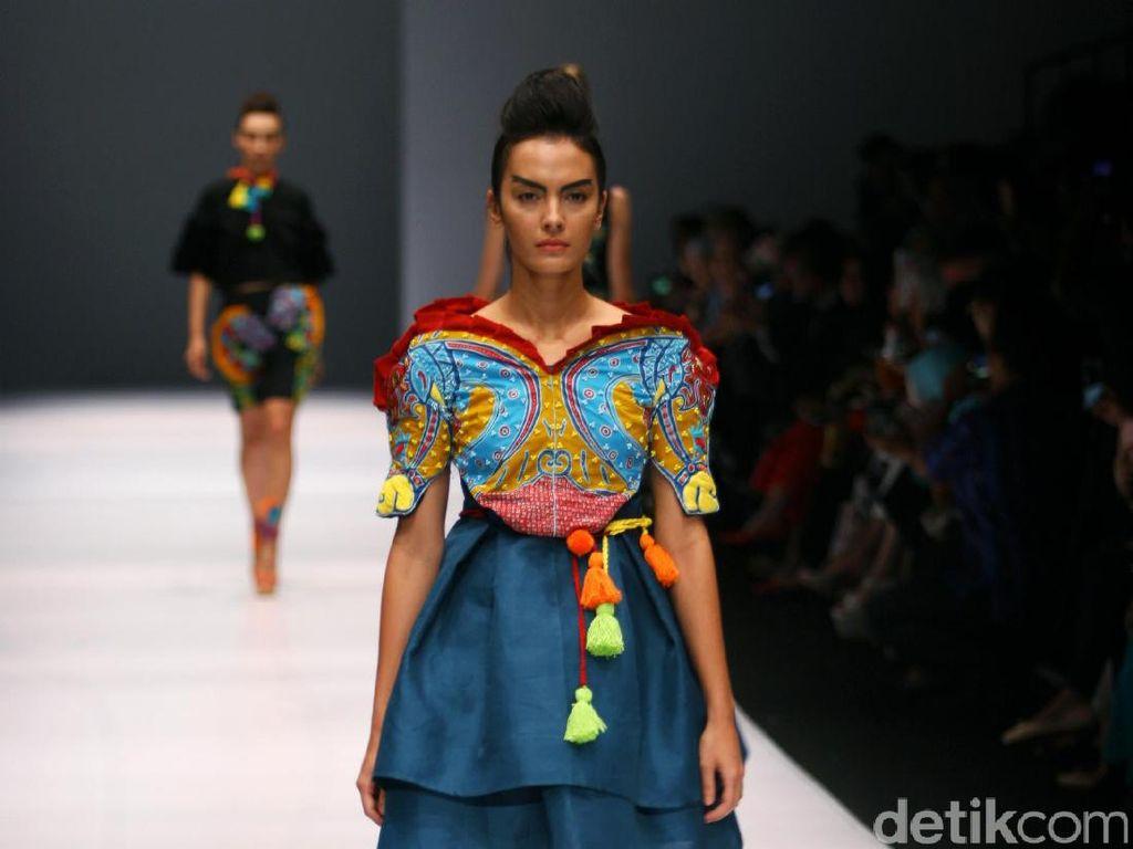 Foto: Koleksi Lenny Agustin di Jakarta Fashion Week 2017