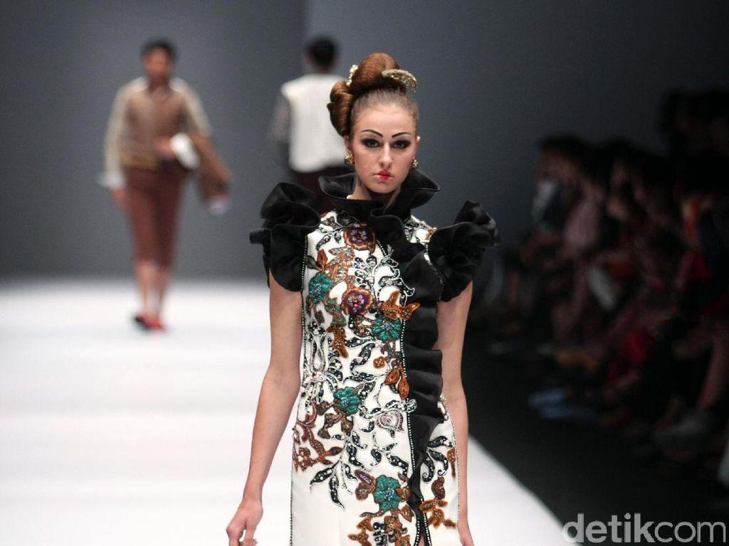 Foto: Koleksi Musa Widyatmodjo di Jakarta Fashion Week 2017