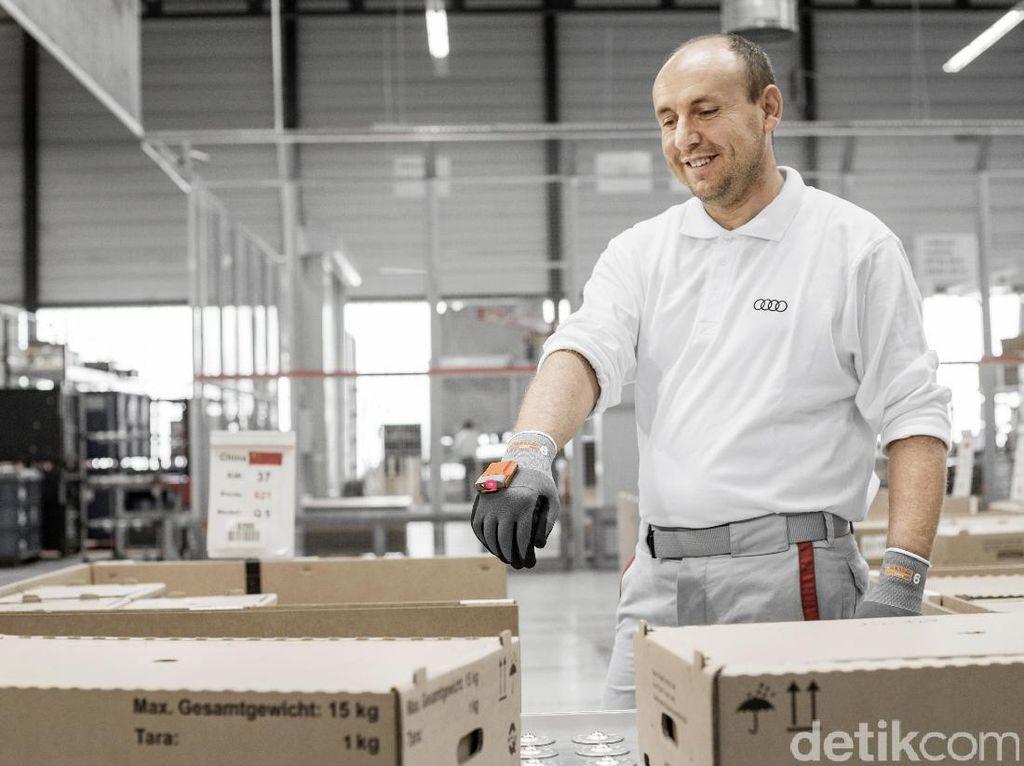 Pekerja Audi Pakai Sarung Tangan Canggih Ini untuk Ngecek Suku Cadang