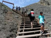 Tangga Kayu yang Mudahkan Traveler ke Puncak Pulau Padar