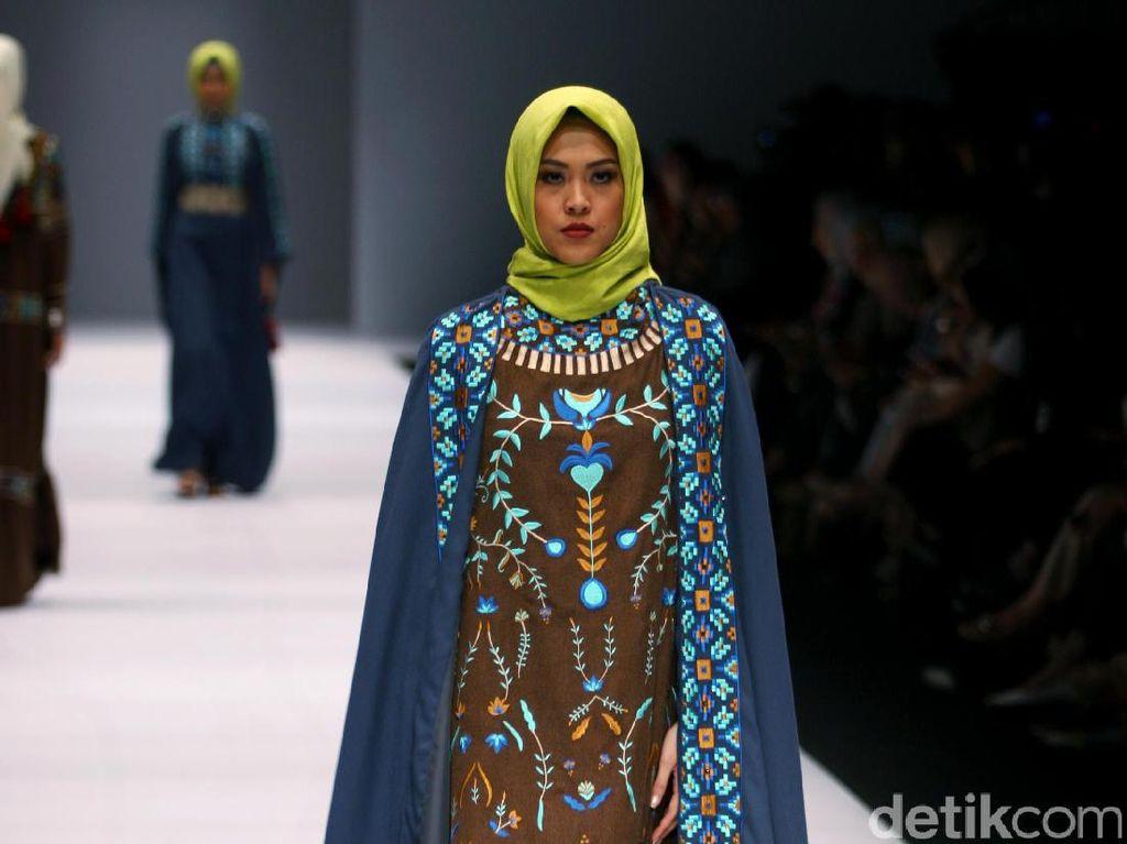 Foto: Koleksi Vivi Zubedi di Jakarta Fashion Week 2017