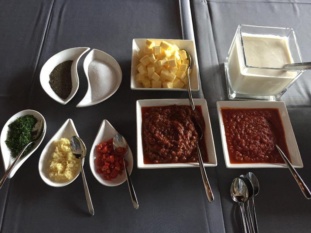 Resep yang diperagakan antara lain Homemade Pasta Orecchiette dan Homemade Pasta Ravioli. Juga saus Beef Bolognese, Arrabiata, Pink, dan Tomato. Semua orang bisa belajar buat di rumah, tutur Chef Marco.