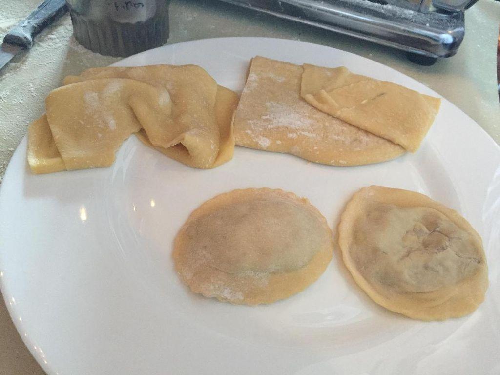 Adonan ravioli dibuat dari tepung terigu, tepung semolina, telur, minyak zaitun, dan garam. Masukkan bahan satu per satu, lalu aduk hingga rata. Setelah jadi, diamkan 30 menit di chiller, jelas Chef Marco.