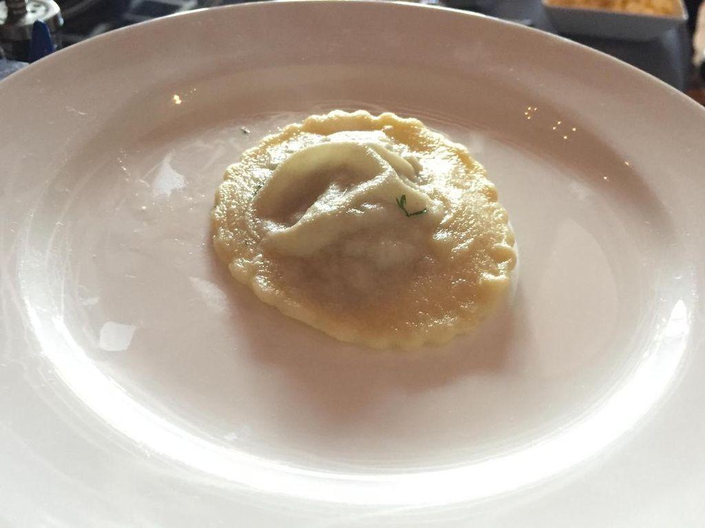 Chef Marco mengisi ravioli dengan daging sapi cincang yang dicampurkan keju ricotta dan parmesan. Ravioli lalu direbus hingga matang.