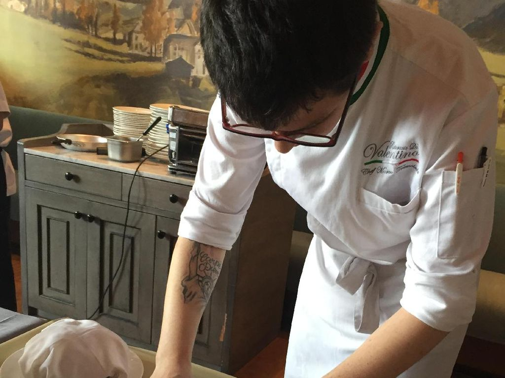 Untuk membuat orecchiette, adonan dibentuk silinder panjang dengan diameter 2 cm. Kemudian dipotong-potong melintang kecil dengan pisau. Dengan mata pisau potngan adonan dipipihkan hingga kelilingnya bergulung mirip daun telinga.