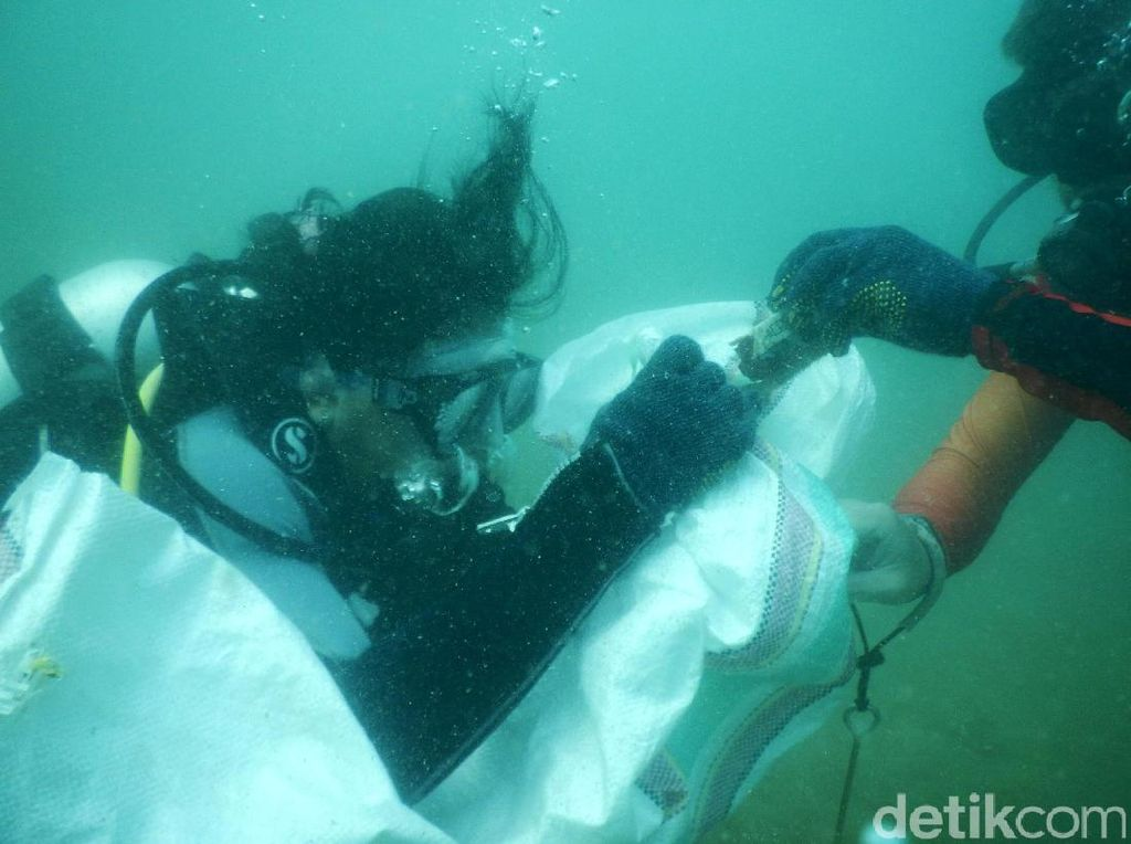 Penyelam Bersihkan Ratusan Kg Sampah dari Bawah Laut Labuan Bajo