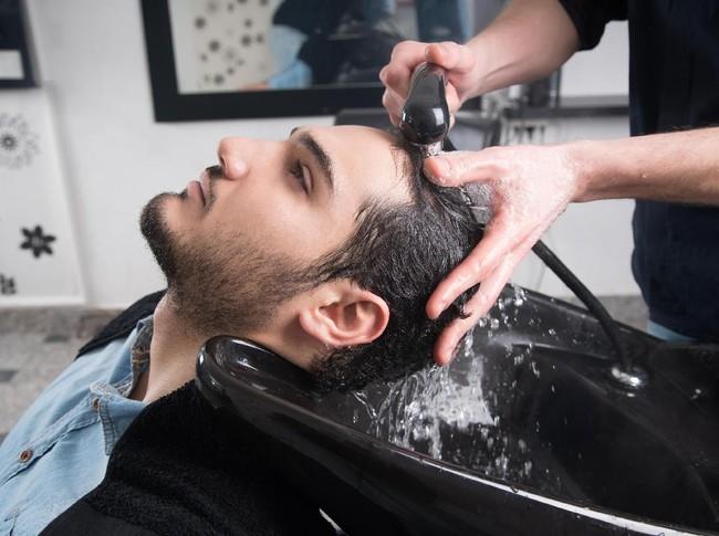 5 Mitos Kerontokan Rambut yang Keliru