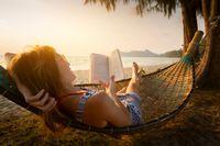 Untuk tidak meletakkan perhatiannya pada televisi, telepon genggam atau komputer, biasanya sebagian orang memilih untuk membaca buku. Namun jenis buku yang dibaca juga bisa mempengaruhi kualitas tidur. Jenis bacaan seperti thriller atau semacamnya dapat meningkatkan detak jantung dan aktivitas otak yang bisa membuat tidur tidak nyenyak. (Foto: Thinkstoock)