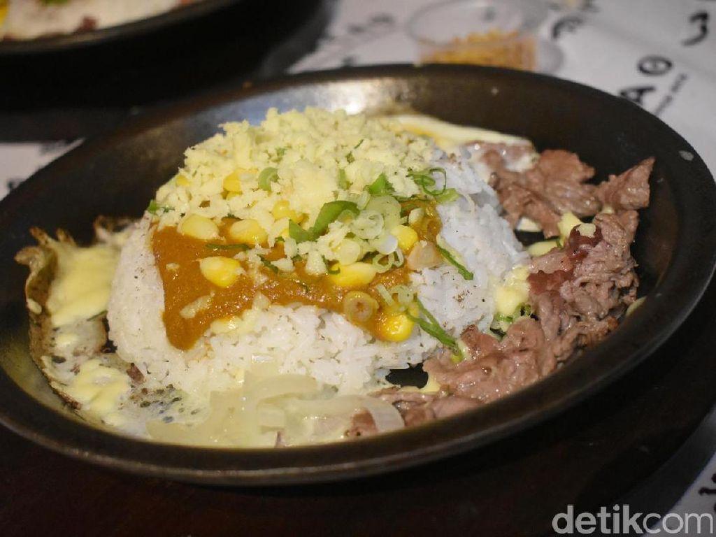 Gurih Hangat, Nasi Hot Plate Kari dengan Lelehan Keju Mozarella